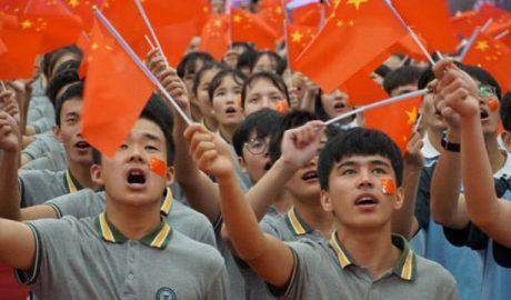 新疆少数民族学生正在参加爱国主义教育活动