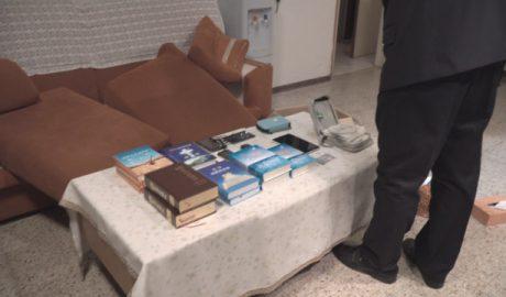 警察拍摄在全能神教会基督徒家中没收的信神书籍和其他物品