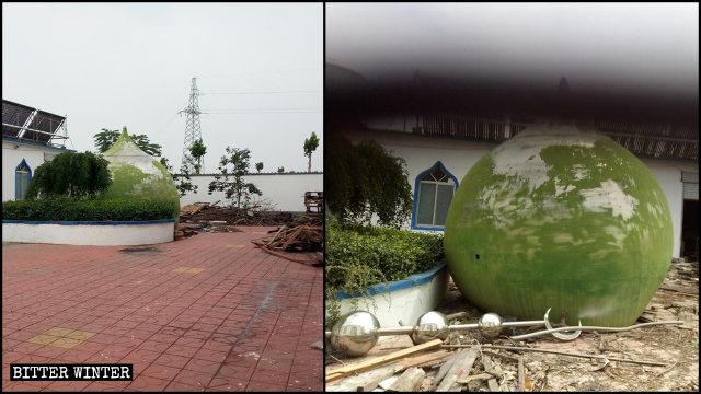 该寺穹顶和月牙标志被拆除丢在清真寺的角落里