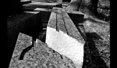 倒下的墓碑十字架