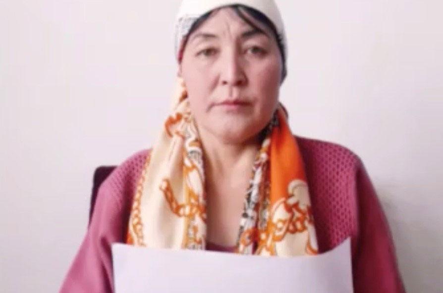 哈萨克斯坦公民依孜巴沙尔.阿迪力汉,呼吁中国政府释放他的两个哥哥和一个表弟。
