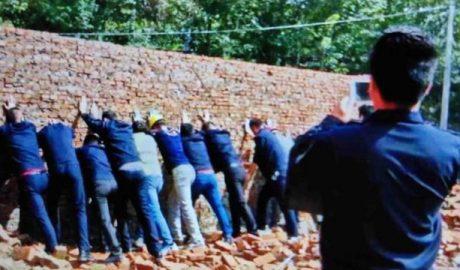 寺院重建的外墙被推倒