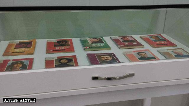 柜子里摆放着中共革命人士的书籍