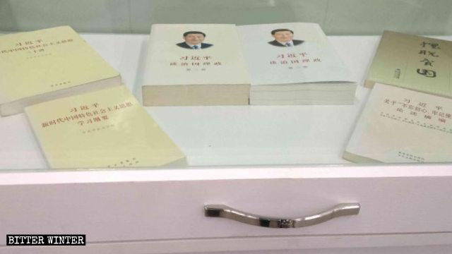教堂内陈列着习近平关于治国理政的书籍