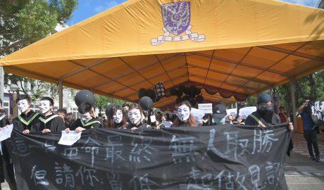 带着面具抗议的香港学生