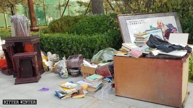 10月,政府人员在河北省廊坊市一处寺庙清出的佛教书籍